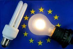 """DER01 SCHWERIN (ALEMANIA) 26/02/07.- Un bombillo convencional (d) y una lámpara ahorradora de energía, son fotografiadas sobre una bandera de la Unión Europea hoy, 26 de febrero de 2007. La Asociación de Ayuda Medioambiental de Alemania, ha hecho un llamado al Ministerio de Medio Ambiente para que lidere una campaña para cambiar las bombillas tradicionales desde el año 2010, mientras dure la presidencia de este país en el Consejo de la Unión Europea. En un comunicado esta asociación señala que """"sería fácil lograr tal regulación prohibiendo todas las bombillas que no pueden ajustarse a la clase 'A' 'B' y 'C' del rendimiento energético, que seguían las regulaciones existentes de la Unión Europea. EFE/JENS BUETTNER"""